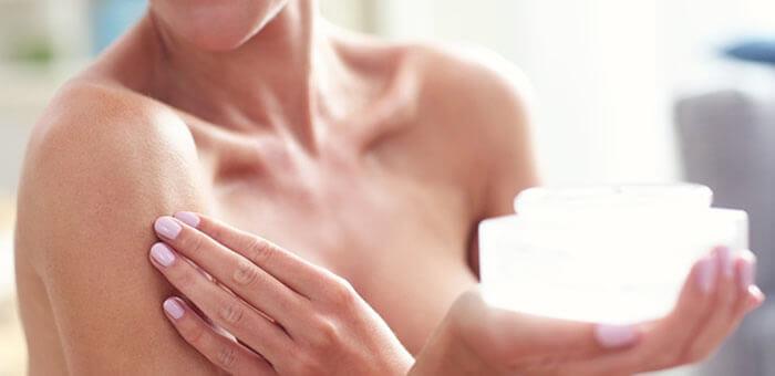 a piel del tórax es más delgada que en otras zonas del cuerpo, por los que las primeras arruguitas pueden no tardar en aparecer sin importar tu edad