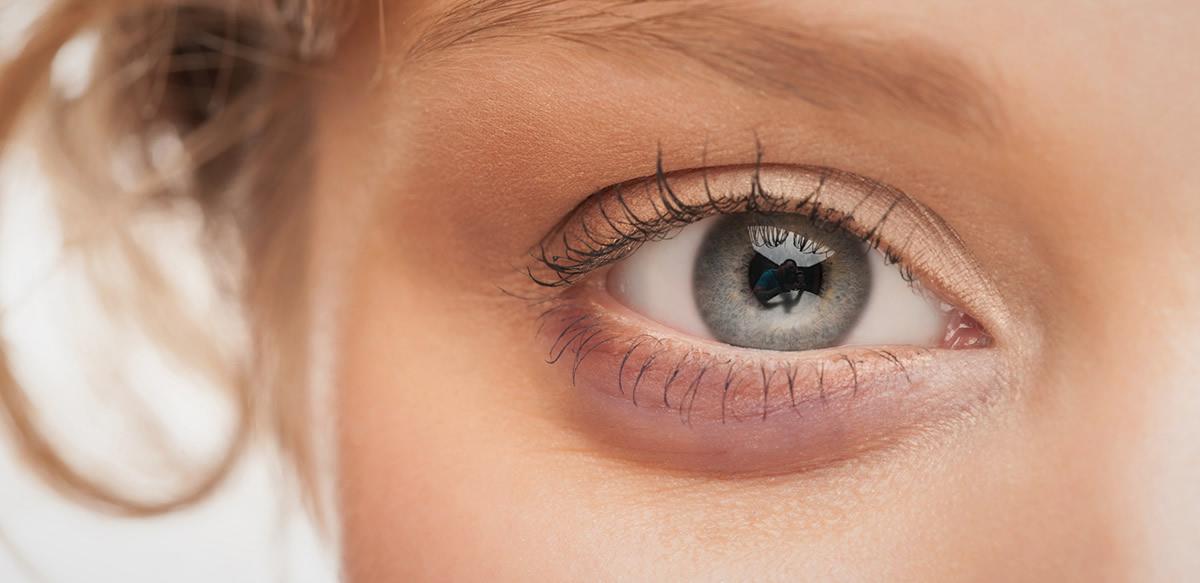 porque se hinchan los parpados de los ojos