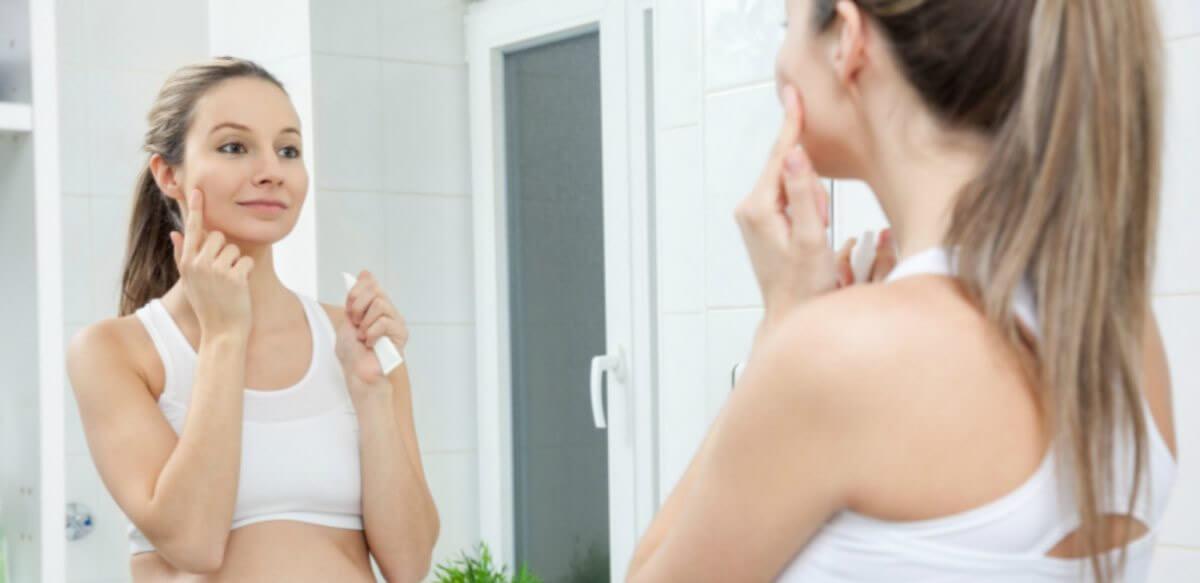 Mujer con acné durante el embarazo